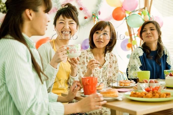 パーティーテーブルを囲む若い日本人女性