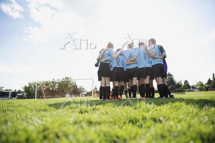 円陣を組む女子サッカー選手