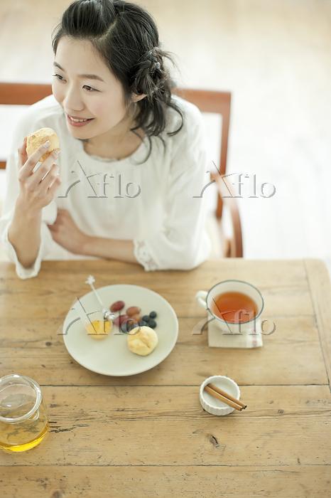 軽食をとる日本人女性