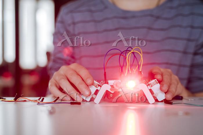 Boy's hand assembling robot, r・・・