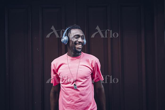 Laughing man wearing pink t-sh・・・