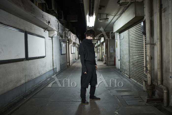 路地裏に佇む忍者姿の男性