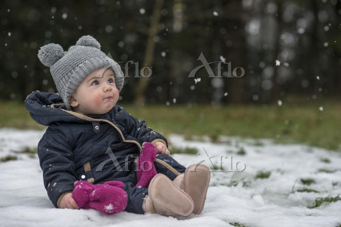 雪を見つめる女の子