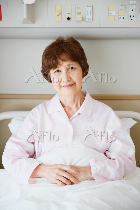 病室のシニア日本人女性