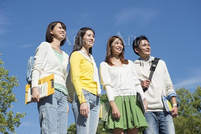 笑顔の大学生男女