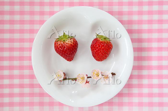 イチゴと梅の花で作った可愛い顔