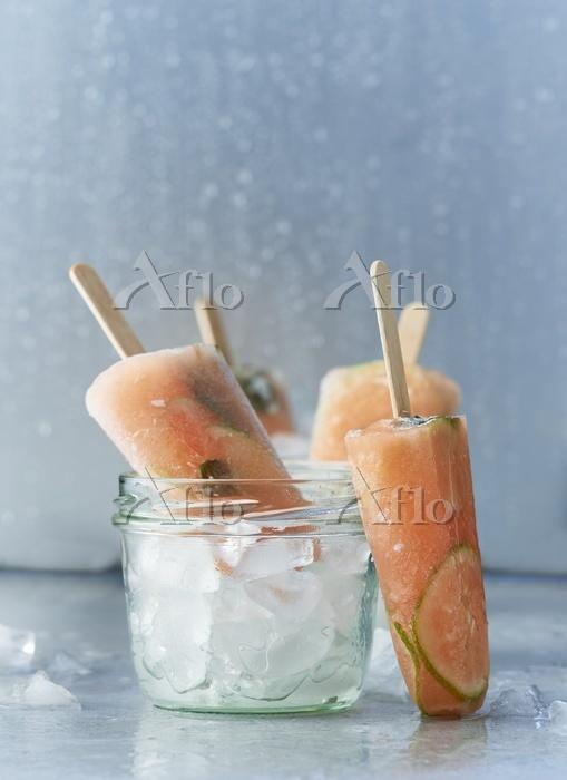 Lime and papaya ice lollies wi・・・