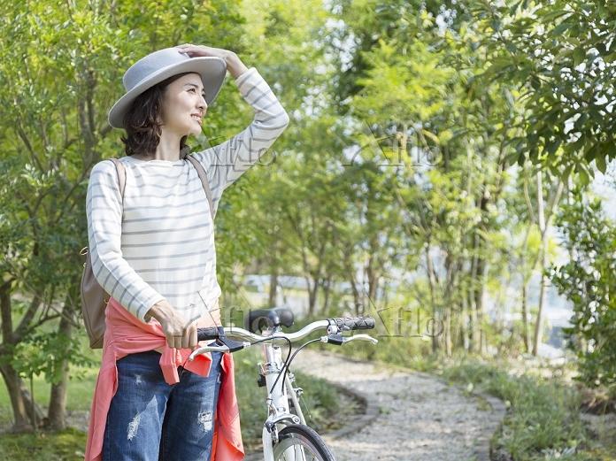 自転車のハンドルを持つ日本人女性