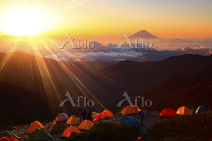 山梨県 北岳山荘テント場から望む夜明けの富士山と雲海の山並み
