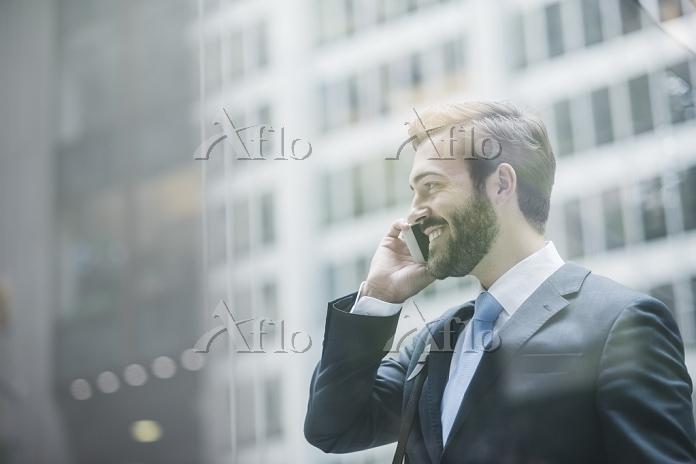 スマートフォンを使うビジネスマン