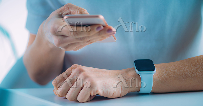 Woman measuring heart rate, us・・・
