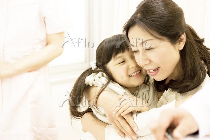 病室で夫を見舞う子供と妻1