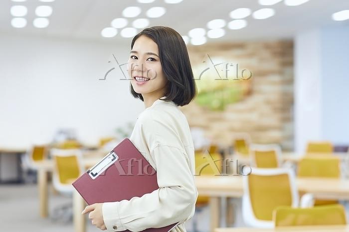 オフィスの日本人女性