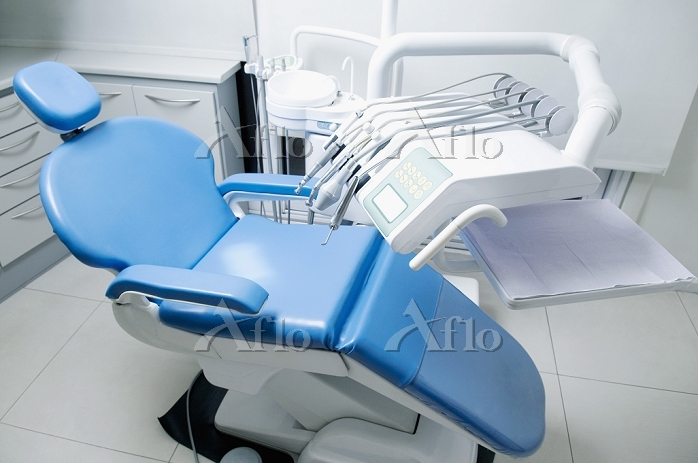 Dentist's chair with instrumen・・・