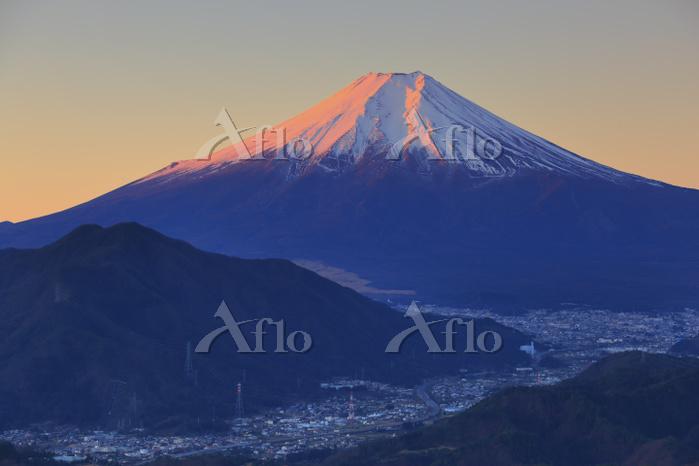 山梨県 高川山から望む朝日に染まる富士山