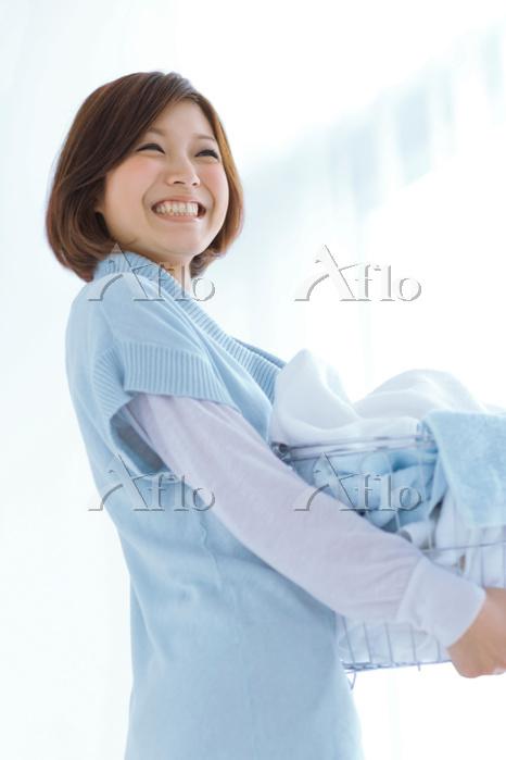洗濯カゴを持っている日本人女性