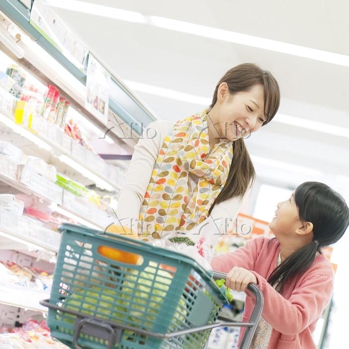スーパーで買い物をする日本人親子
