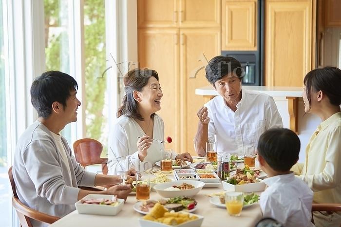 食事をする日本人三世代家族