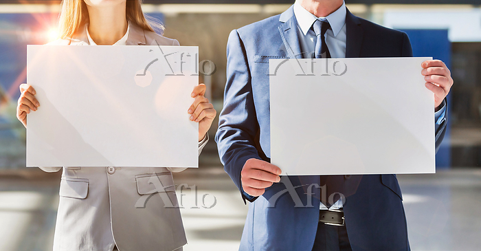 Business people standing while・・・