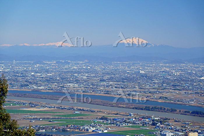 三重県 多度山山上公園から御嶽山右と乗鞍岳左の山