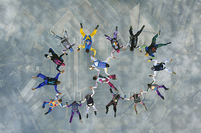 Skydivers forming two circles ・・・