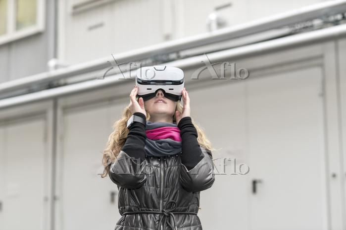 VRゴーグルを使う女性