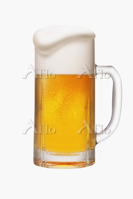 白い泡が溢れたジョッキビール