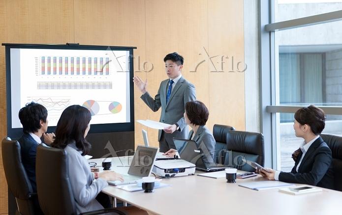 プロジェクターを見るビジネスグループ