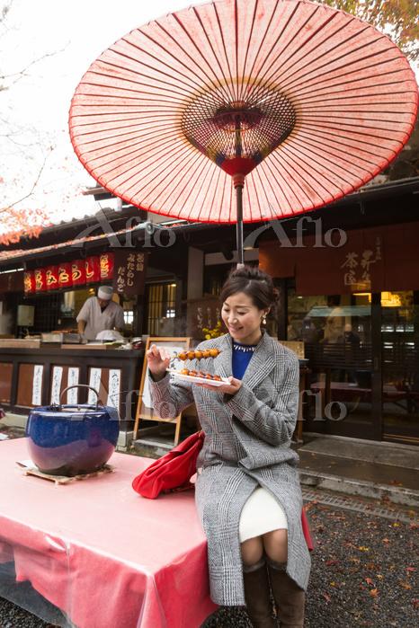 茶屋を訪れる女性