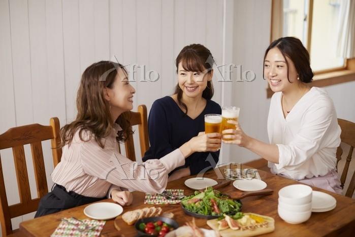 ビールで乾杯する日本人女性