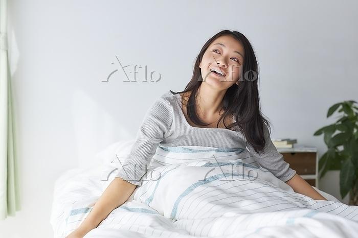 寝室で目覚める日本人女性