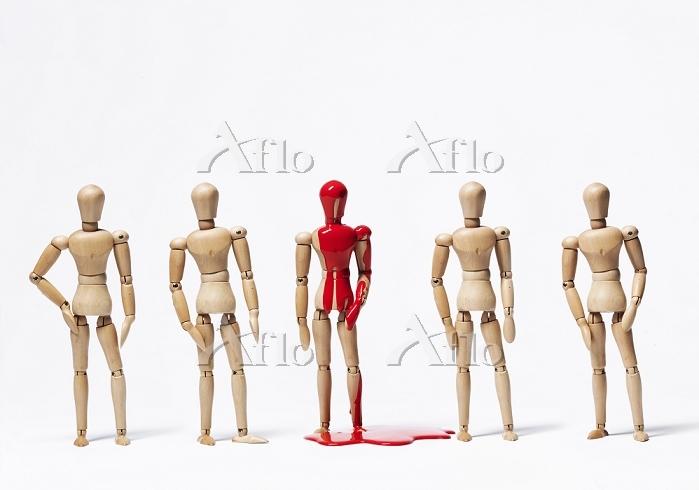1体だけ赤く染まった人形