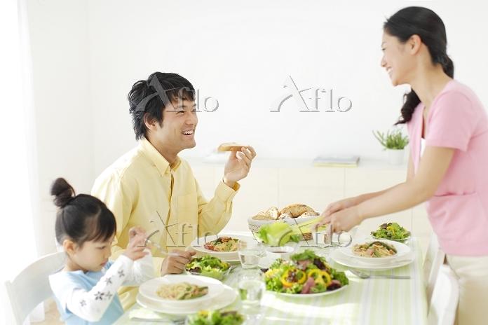 ダイニングテーブルで食事をする日本人家族