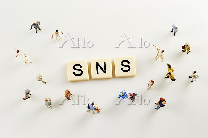SNSの文字と人々