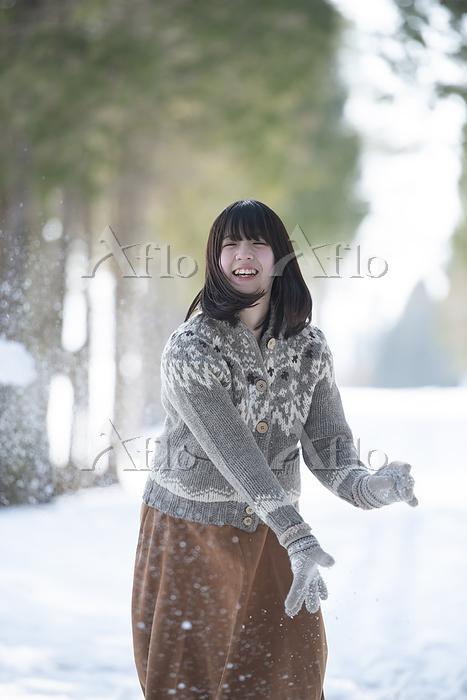 雪道ではしゃぐ女性