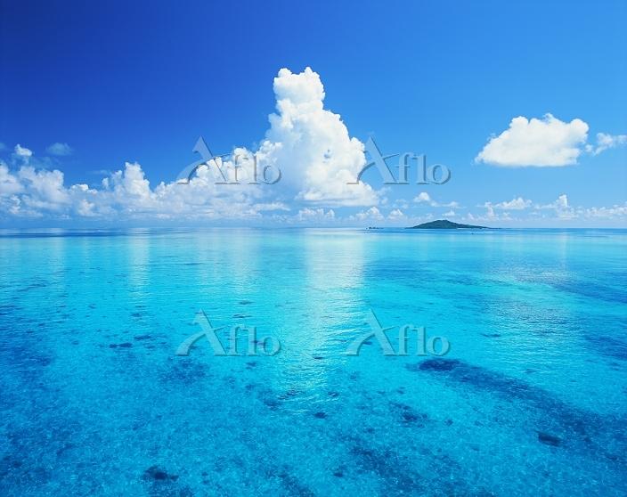 沖縄県 夏雲と海と大神島