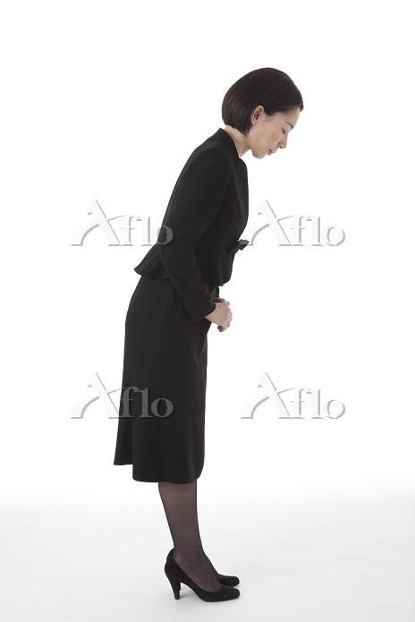 おじぎをする喪服姿の女性 横
