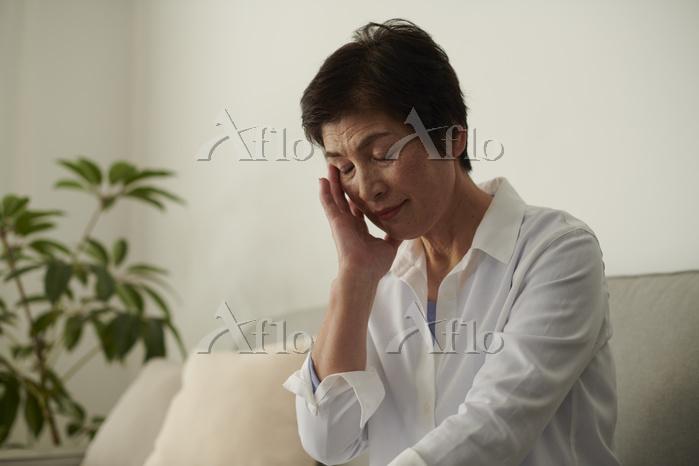 歯が痛むシニア日本人女性