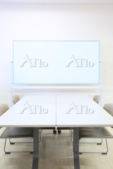 ホワイトボードと会議テーブル