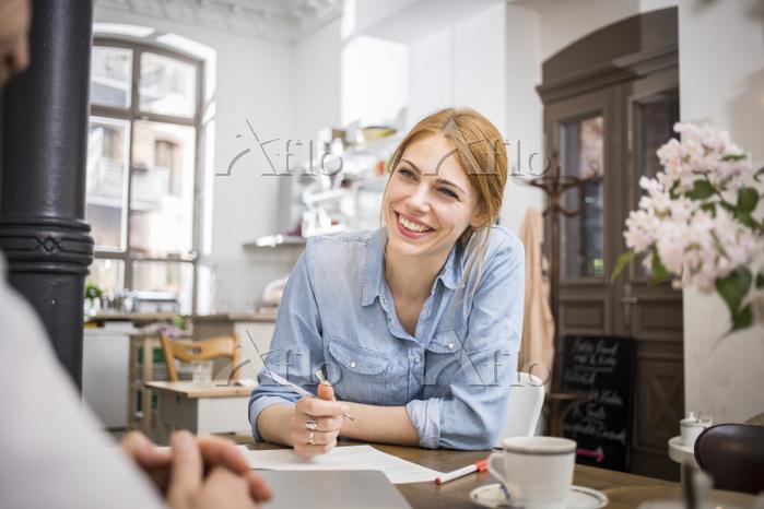笑顔で話し合いをする若い女性