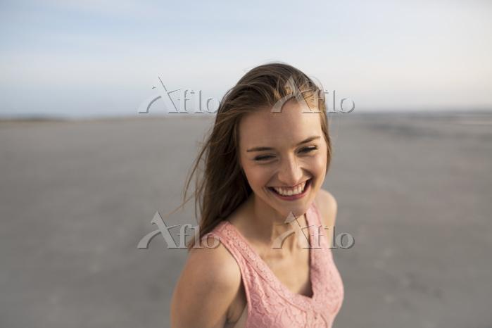 砂浜を歩く外国人女性