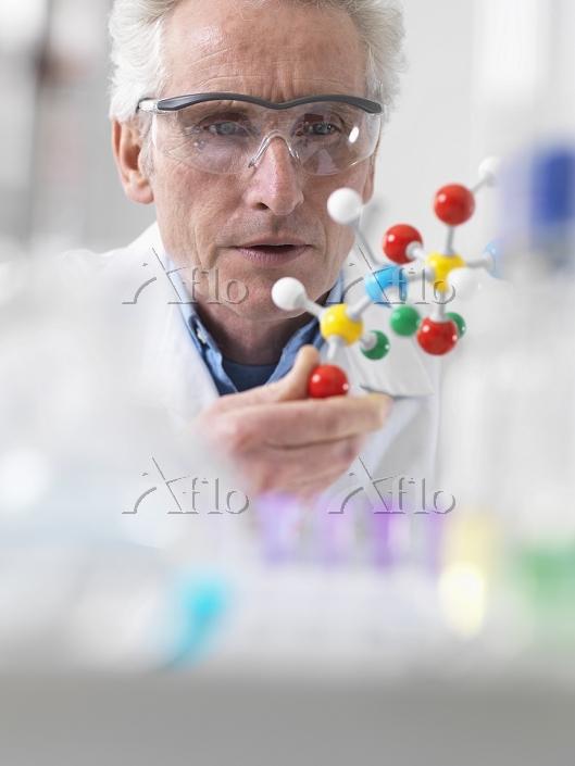 Scientist viewing molecular mo・・・