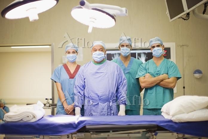 Surgeon and nurses in operatin・・・