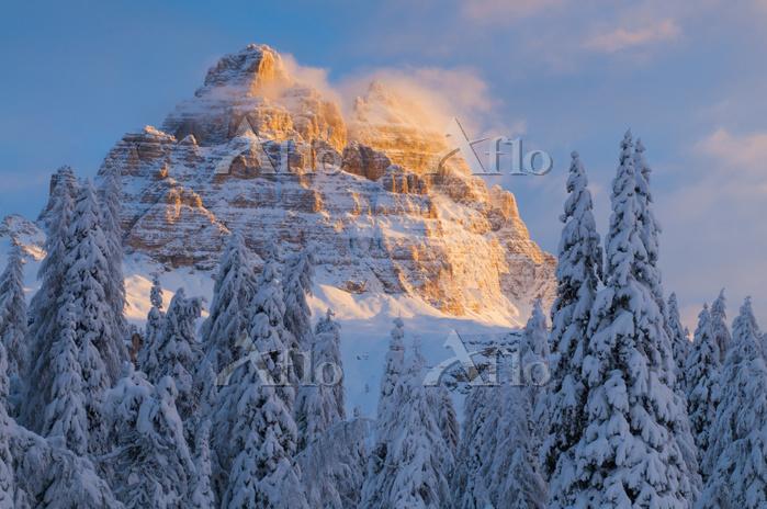 イタリア 冬のドロミテ渓谷