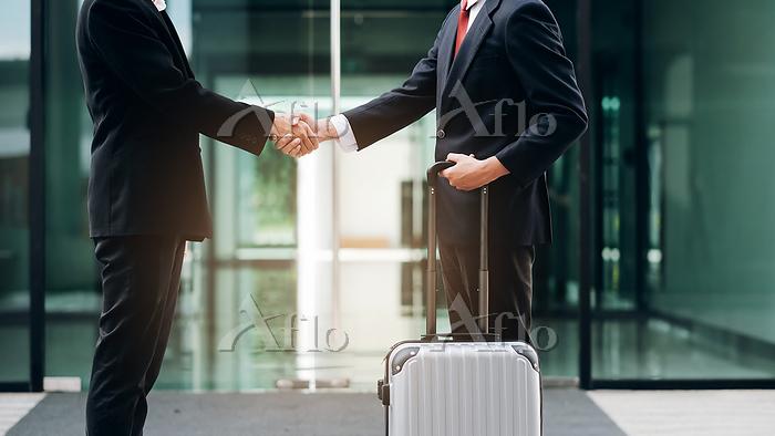 Businessmans handshake after g・・・