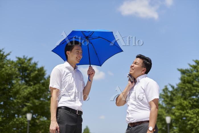 日傘男子と日傘を差さない男子