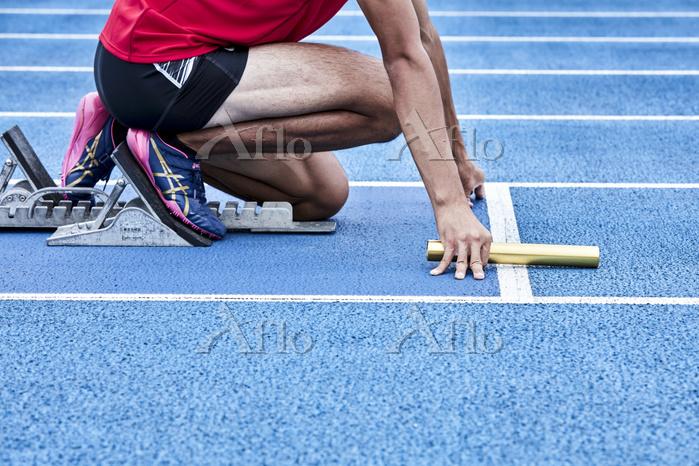 スタートする短距離走選手