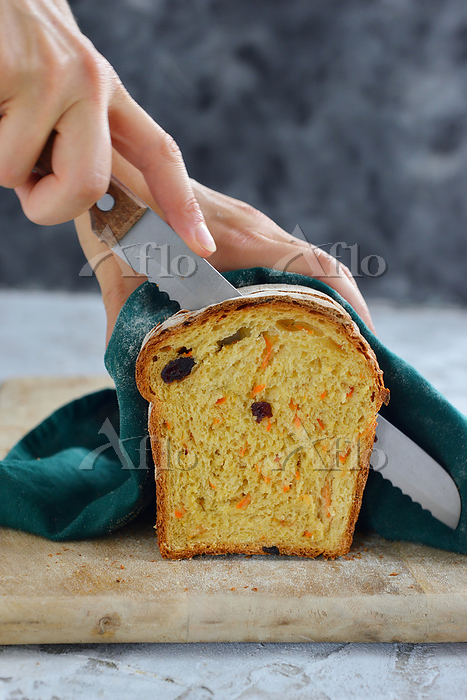 Cutting carrot loaf with cranb・・・