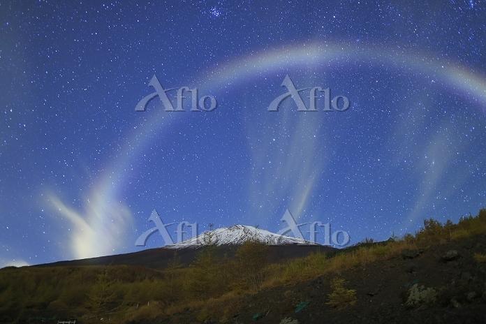 静岡県 須走口五合目 深夜の富士山とナイトレインボー架かる星・・・