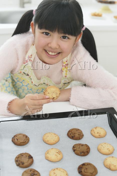 クッキーを作る日本人の女の子